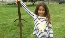 Une jeune fille découvre une épée dans le lac où Arthur aurait jeté Excalibur