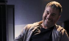 Richard Morgan, l'auteur d'Altered Carbon, réagit aux images de la série en vidéo