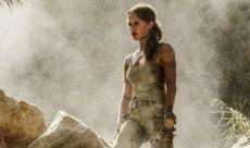 Lara Croft tombe de haut dans un nouvel extrait promotionnel du film Tomb Raider