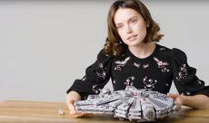 Star Wars : pour sa dernière interview en date, Daisy Ridley monte un Faucon Millenium en LEGO