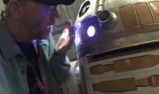 Ron Howard donne ses directives à des droïdes sur le tournage de Han Solo