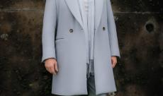 Neil Gaiman partage une première image de Jon Hamm dans De Bons Présages