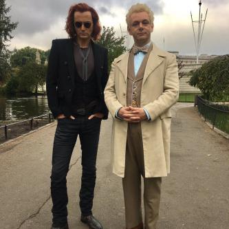 De Bons Présages : un premier aperçu de David Tennant et Michael Sheen en costume